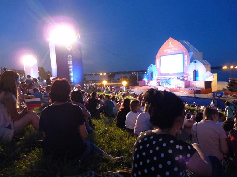 Auf dem FIFA-Fanfest in Wolgograd direkt an der Wolga